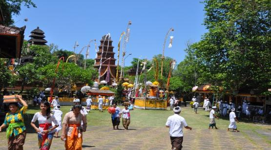 Pakendungan-and-Batu-Mejan-Temple-Ceremony.html