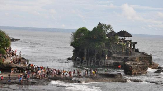 Tanah-Lot-Invaded-by-Tourists-on-Galungan-Holiday.html