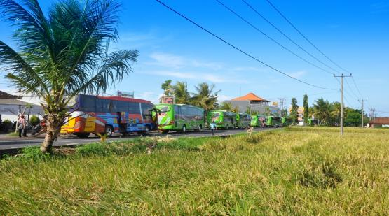 Bus-Invaded-Tanah-Lot-During-Easter-Holiday.html