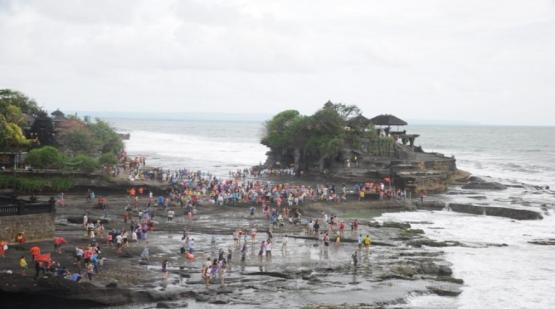 Tanah-Lot-Visited-by-Thousands-of-Travelers-on-Idul-Fitri-Holiday.html