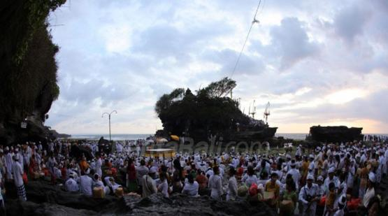 Tanah-Lot-Temple-Ceremony-Filled-with-People-Praying.html