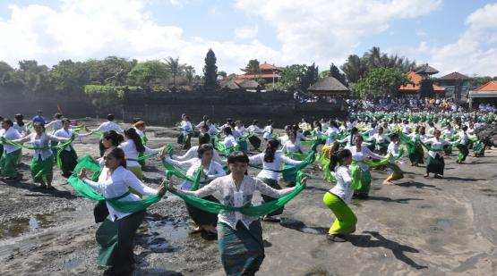 Preparation-For-Colosal-Dance-Rejang-Sandat-Ratu-Segara-at-Tanah-Lot.html