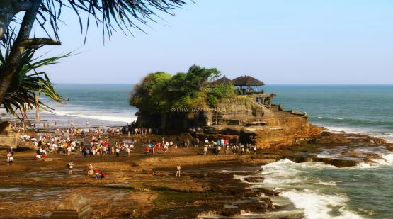 Tourists Fulfill Tanah Lot During Eid Mubarak Holiday